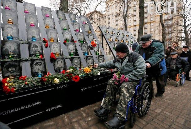 Сльози на алеї Небесної сотні та марш азовців. Як у Києві відзначають річницю Революції гідності