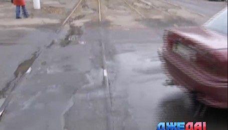 В Одессе дорожники, ремонтируя дорогу, закатали трамвайные пути в асфальт