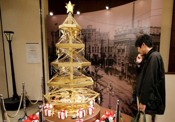 У Японії встановили 19-кілограмову ялинку із золота