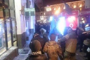 Протестувальники потрощили вітрини Сбербанку у центрі Києва