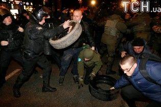 Розтрощені офіси, шини та поранені. Як у Києві з бійками відзначили річницю Революції гідності