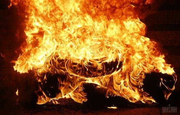 Найяскравіші фото дня: охоплені полум'ям шини на Майдані, гумові маски Трампа