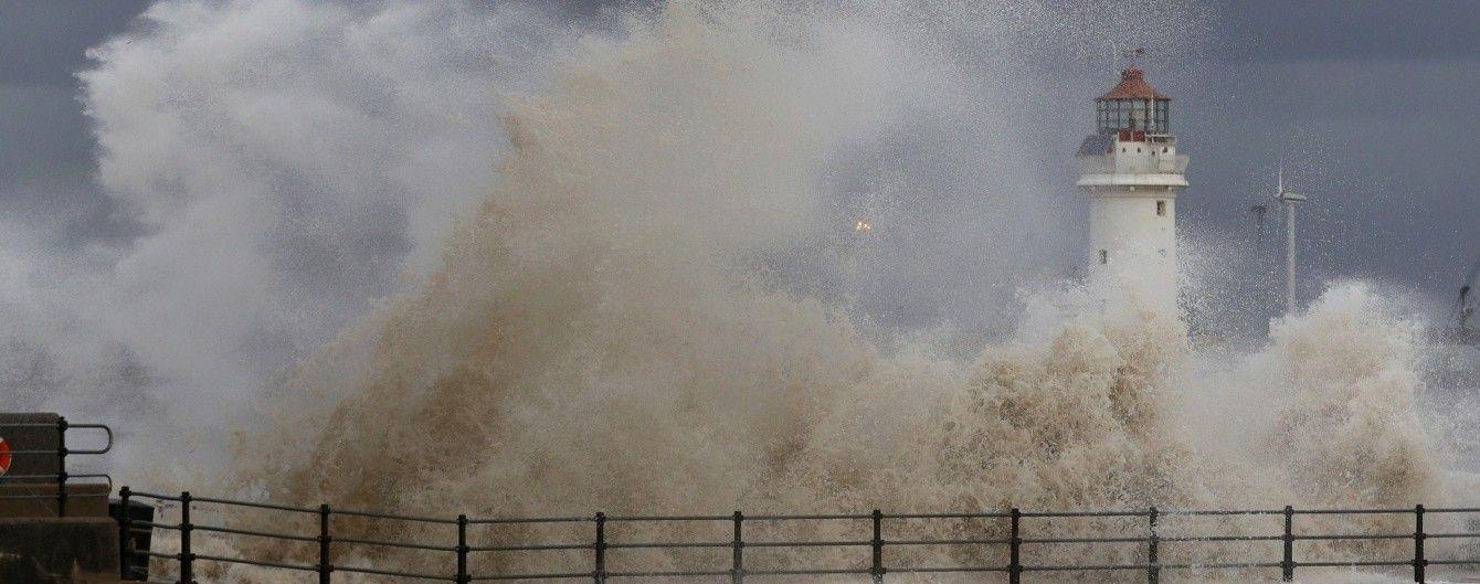 У Британії зливи спричинили руйнівні паводки: школи закрили, залізниця працює із затримками