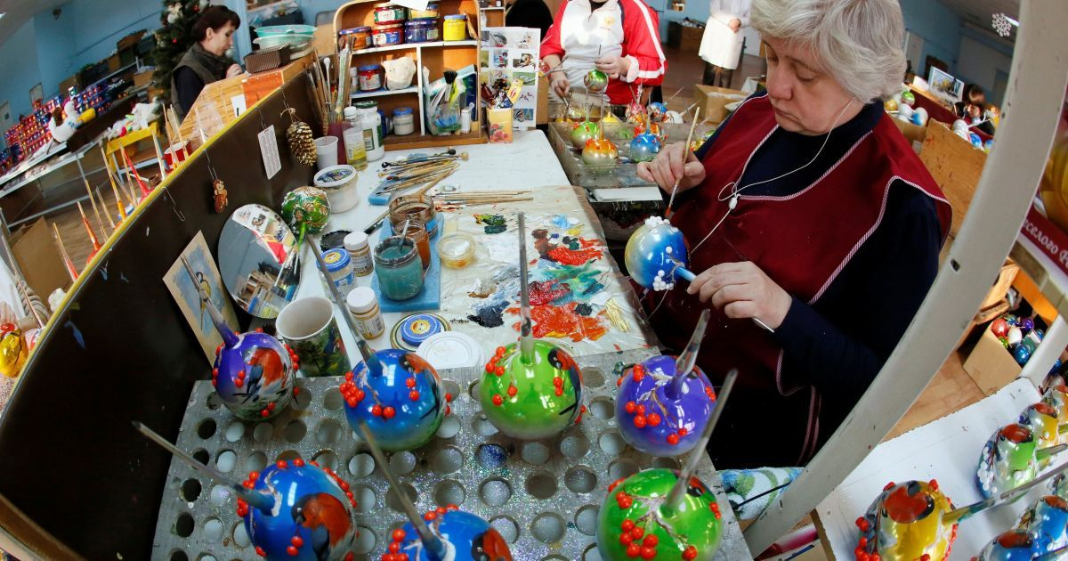 Фабрика новорічних ялинкових іграшок у Красноярську в Росії