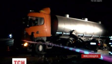 Под Николаевом военные на легковушке врезались в бензовоз, есть погибшие