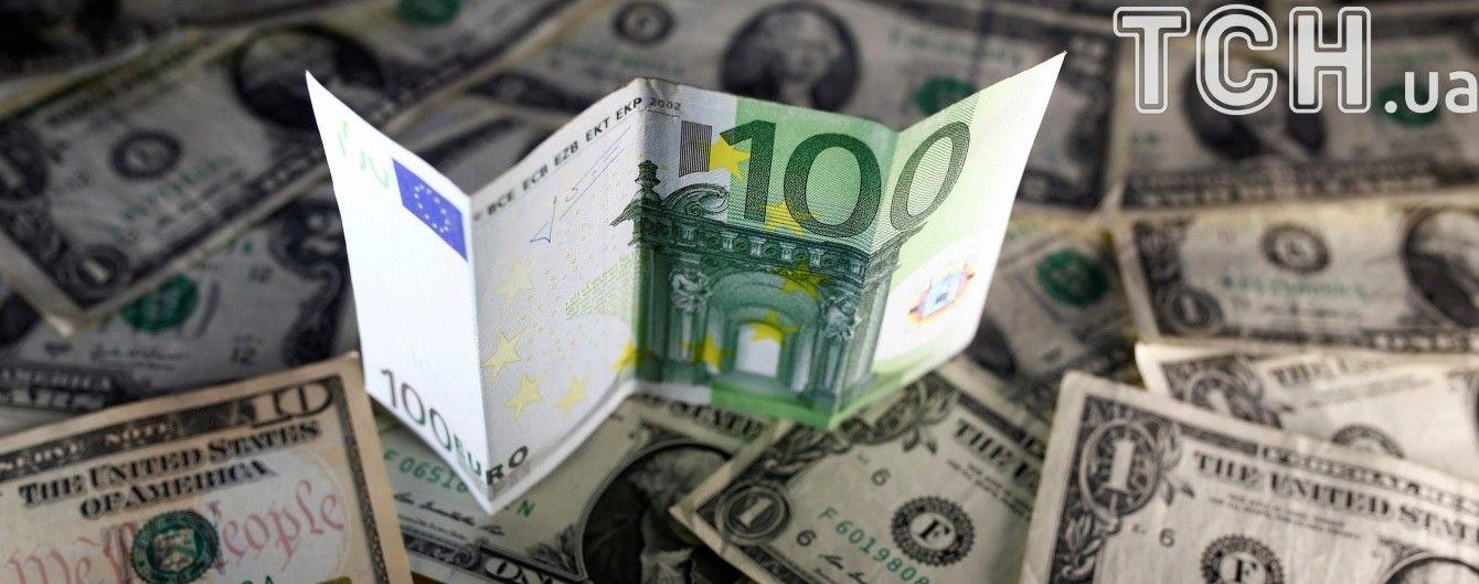 Долар і євро продовжують дешевшати в курсах Нацбанку. Інфографіка