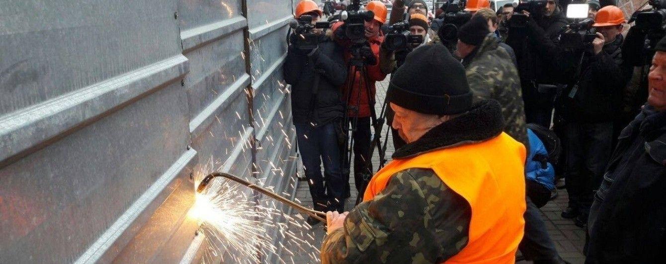 Власники надбудови на Будинку профспілок звинувачують комунальників у незаконному проникненні