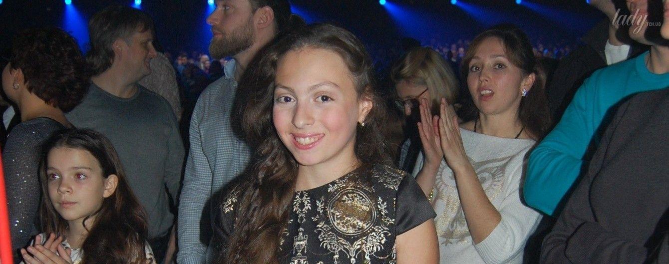 Похожа на маму: 11-летняя дочь Оли Поляковой пришла на ее концерт в красивом платье