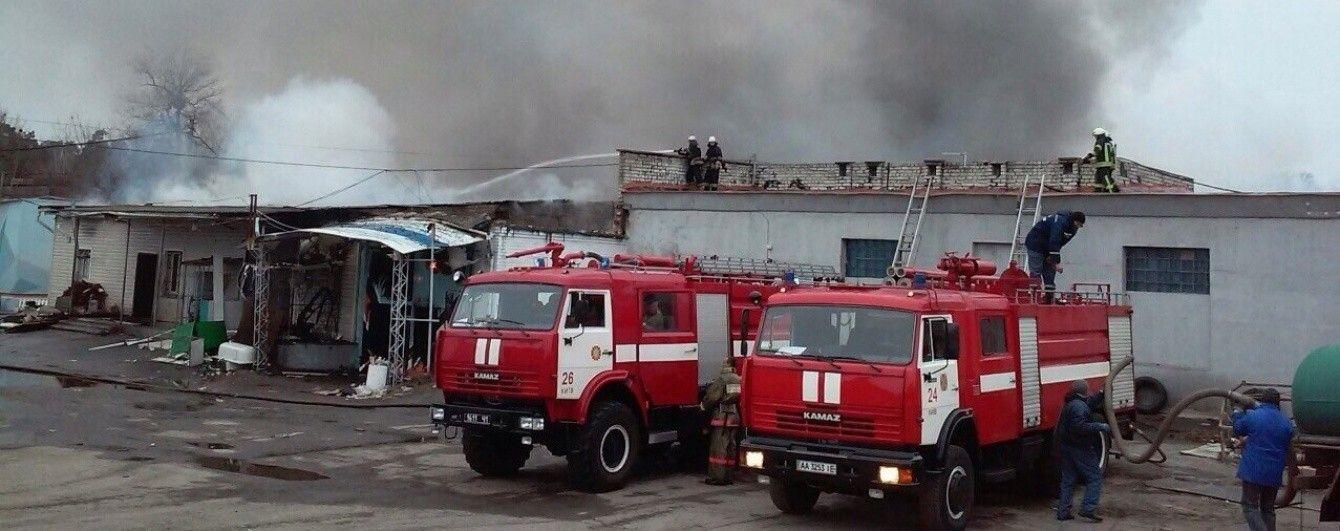 Пожежу складів на Київщині гасили півдоби через велику глибину приміщень