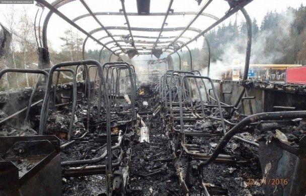 У Чехії вщент згорів автобус, який віз закарпатців
