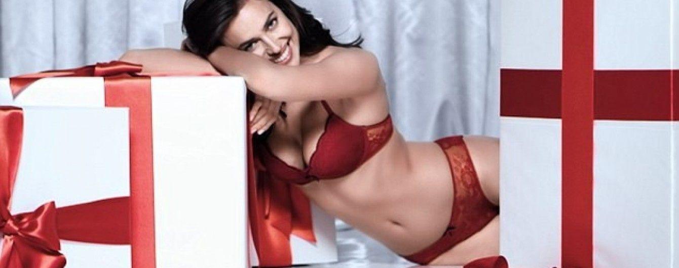 Сексуальна Ірина Шейк у червоному спідньому зваблювала з подарунком у руках
