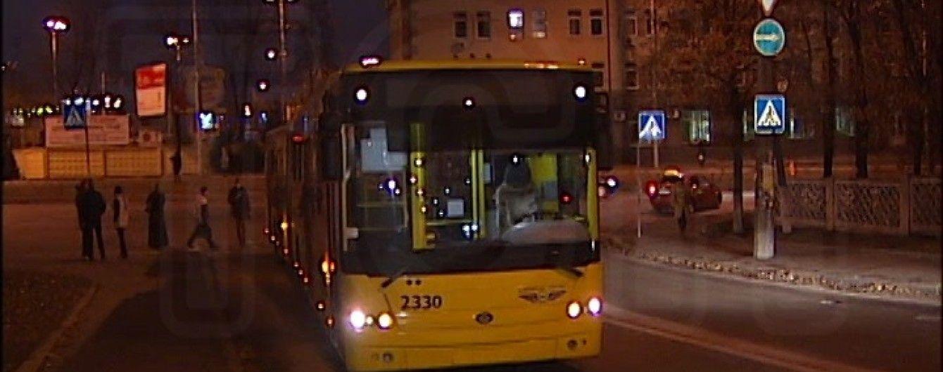 У Києві водій тролейбуса влаштував ДТП та обрив дротів, перетинаючи подвійну суцільну