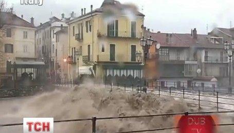 Из-за наводнения в Италии власть закрыла школы, перекрыла мосты и дороги