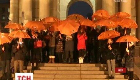 День боротьби з гендерним насиллям: у Києві Монумент Незалежності підсвітили помаранчевим