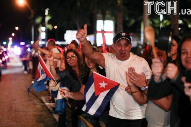 Національні прапори, спів і танці. Як кубинці у Маямі святкують смерть комуніста Кастро