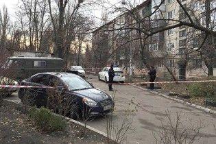 У Києві в сміттєвому баку знайшли тіло зарізаного чоловіка