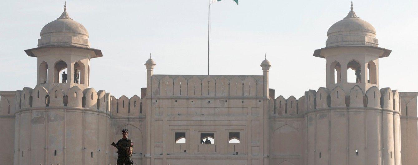 У Пакистані терористи атакували мечеть на території військової бази