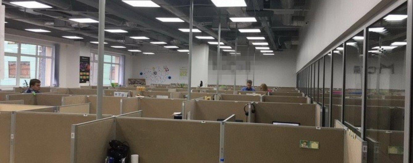 """У Києві СБУ закрила call-центр, через який у боржників банку """"Михайлівський"""" вимагали гроші"""