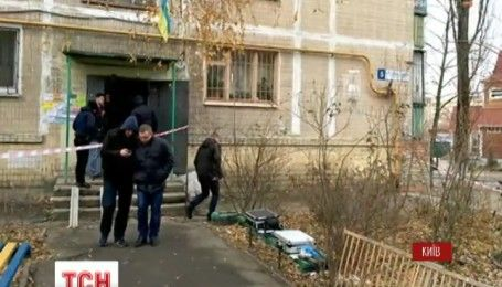 У сміттєвому баці столиці знайшли тіло чоловіка з ножовими пораненнями