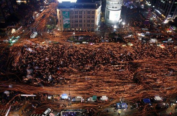 Найяскравіші фото дня: мільйонний Майдан у Південній Кореї, святкування смерті Фіделя Кастро