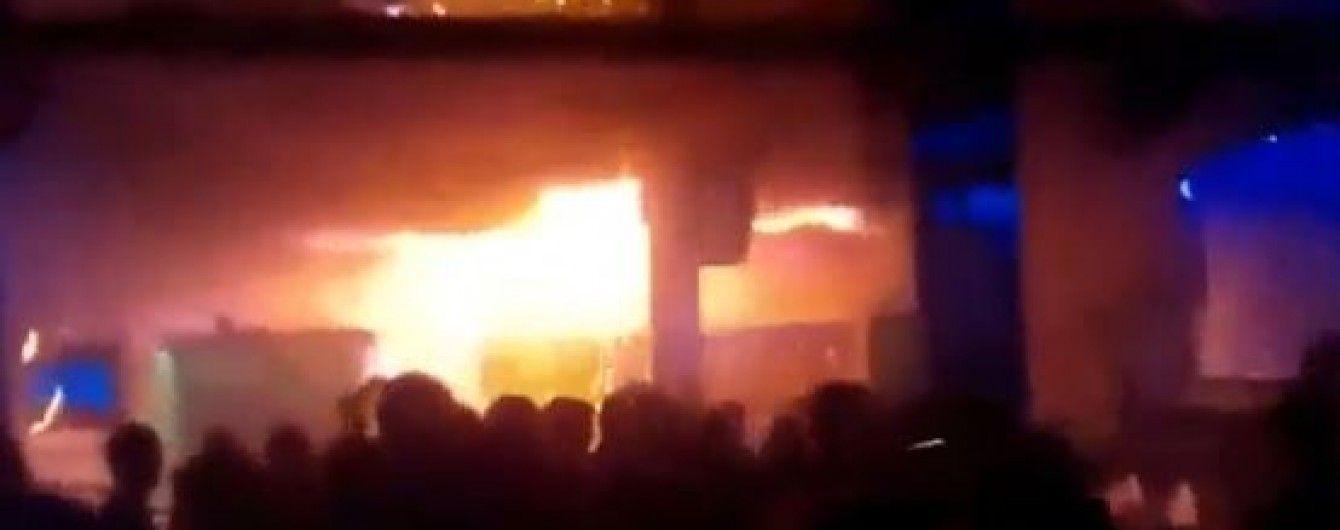 Очевидці опублікували нове відео з приміщення охопленого вогнем львівського клубу