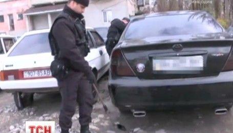Цілий арсенал зброї правоохоронці знайшли в авто на Одещині
