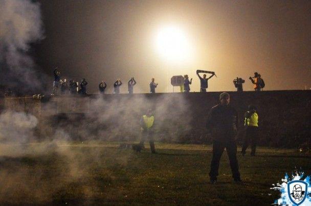 """Ультрас """"Динамо"""" поддерживали команду в Луцке под забором возле стадиона"""