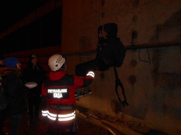 Рятувальники спустили з верхівки Південного мосту групу молодиків, які святкували день нарождення