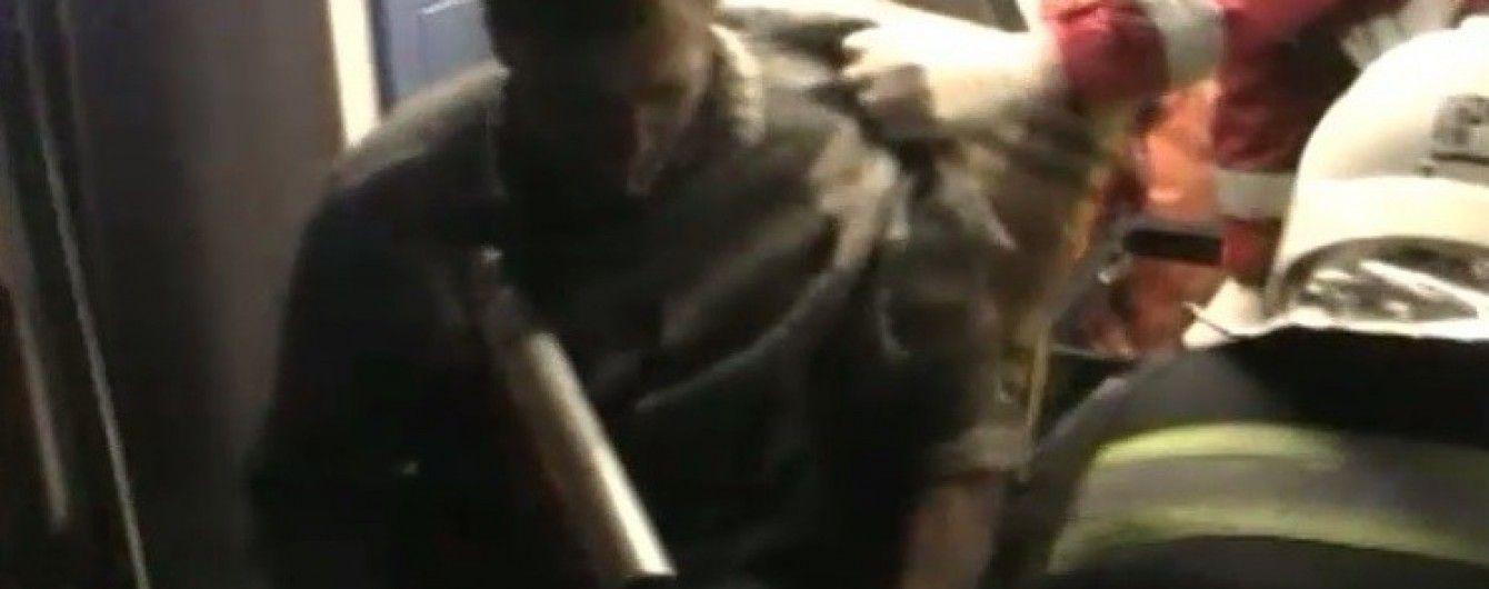 Водія вантажівки незбагненним чином проштрикнуло трубою під час руху на Рівненщині