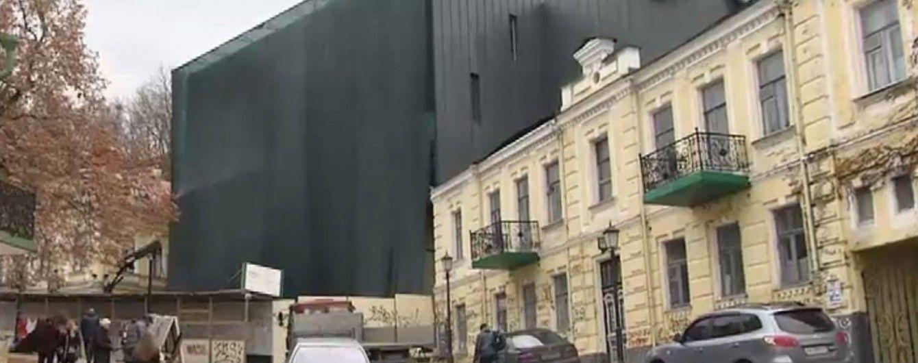 Чорний театр на Андріївському узвозі спричинив скандал у Києві