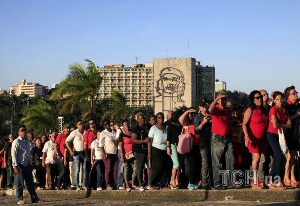 У Гавані тисячі людей стоять у кількагодинних чергах, щоб попрощатися із Фіделем Кастро