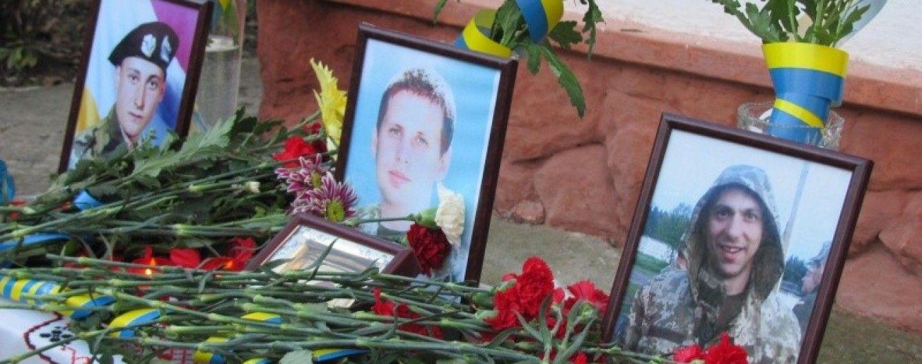 У Чернівцях відкрили меморіальну дошку трьом випускникам однієї школи, які загинули в АТО