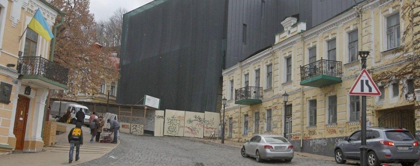 Директор Театру на Подолі розхвалив скандальну будівлю на Андріївському узвозі