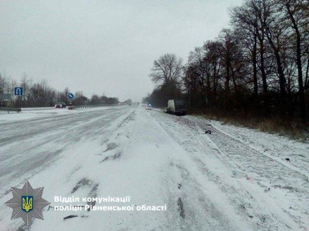 На Рівненщині легковик на зустрічній смузі потрапив під вантажівку: є жертви
