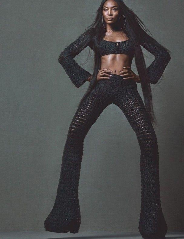 Наомі Кемпбелл у білій перуці похизувалася довгими ногами на сторінках журналу