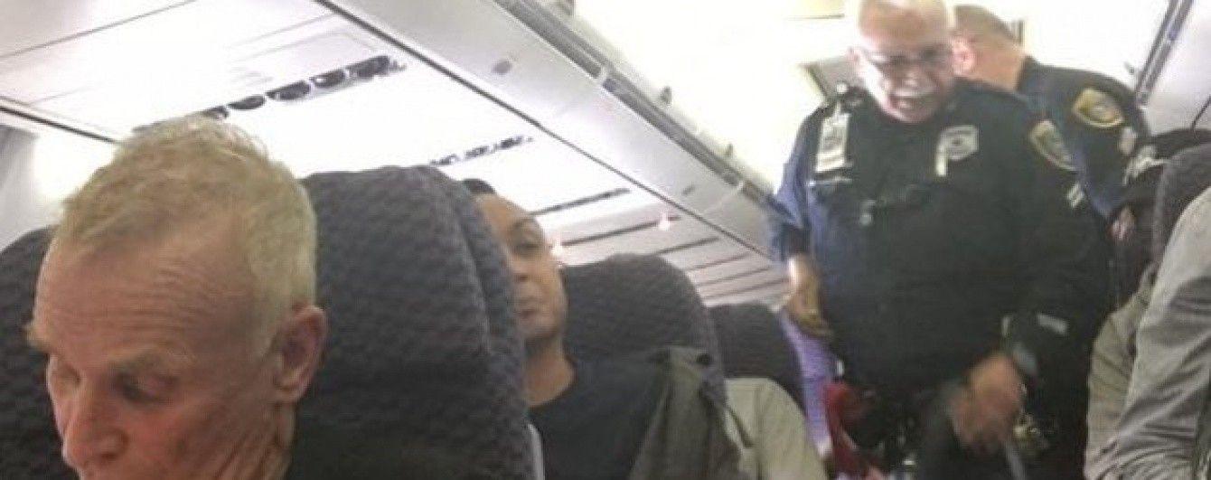 В США жінка вистрибнула з літака, не дочекавшись встановлення трапу