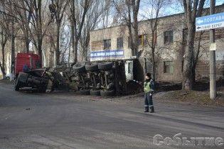 Смердюча ДТП на Дніпропетровщині: на будівлю МВС вилилося 20 тонн свинячих фекалій