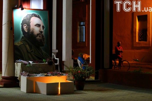 Национальные флаги и портреты Кастро. На Кубе миллион человек почтили память революционера
