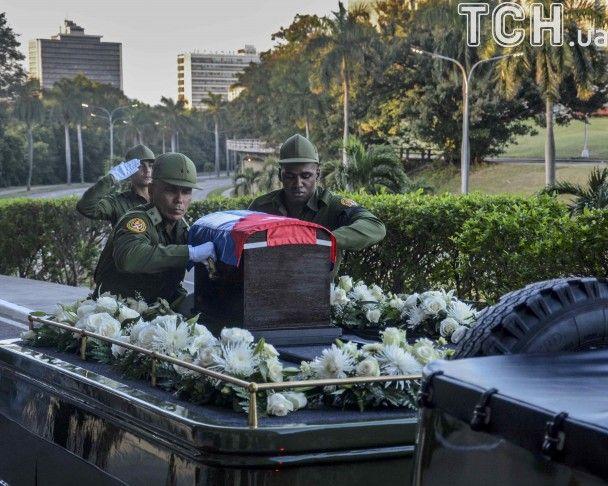 На Кубі тисячі людей вийшли на вулиці, щоб віддати шану Кастро