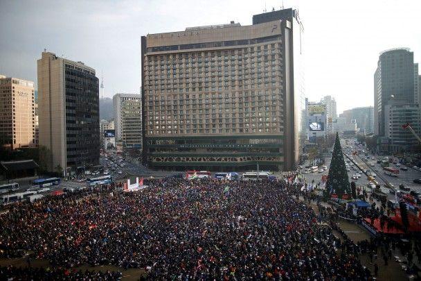 Найяскравіші фото дня: 70-річчя кар'єри П'єра Кардена, масові протести у Південній Кореї