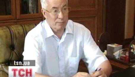 Янукович поручил Азарову взять под контроль госзакупки