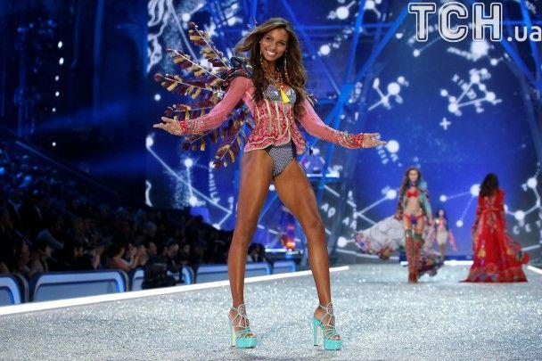 Показ Victoria's Secret-2016: роскошные Шейк, Лима, Амбросио показали фигуры в кружевном нижнем белье