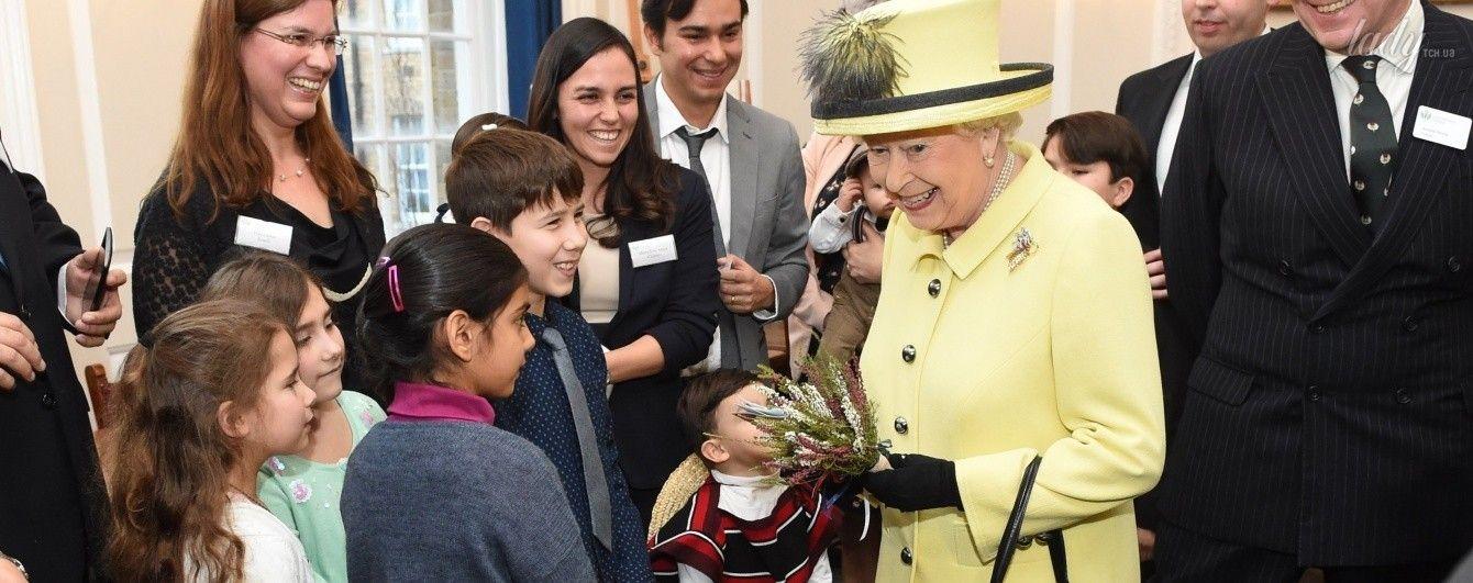 Жизнерадостная и в 90: королева Елизавета II вышла в свет в ярком пальто и забавной шляпе