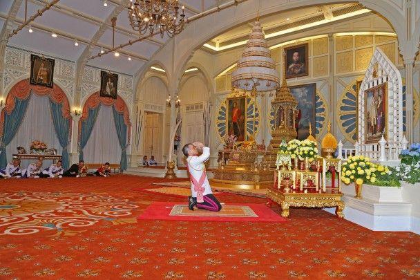 Самые яркие фото дня: открытие резиденции Святого Николая, коронация принца Таиланда