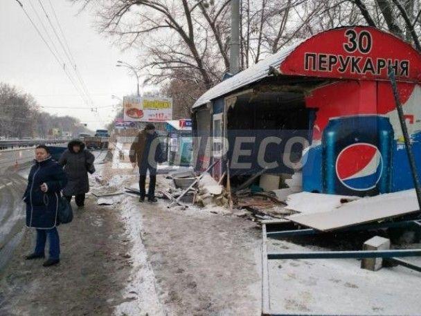 У Києві вантажівка знесла зупинку громадського транспорту, є постраждалий