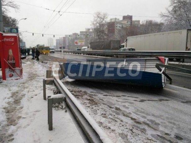В Киеве грузовик снес остановку общественного транспорта, есть пострадавший