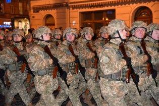Вулицями Львова пройшли колони військових зі зброєю