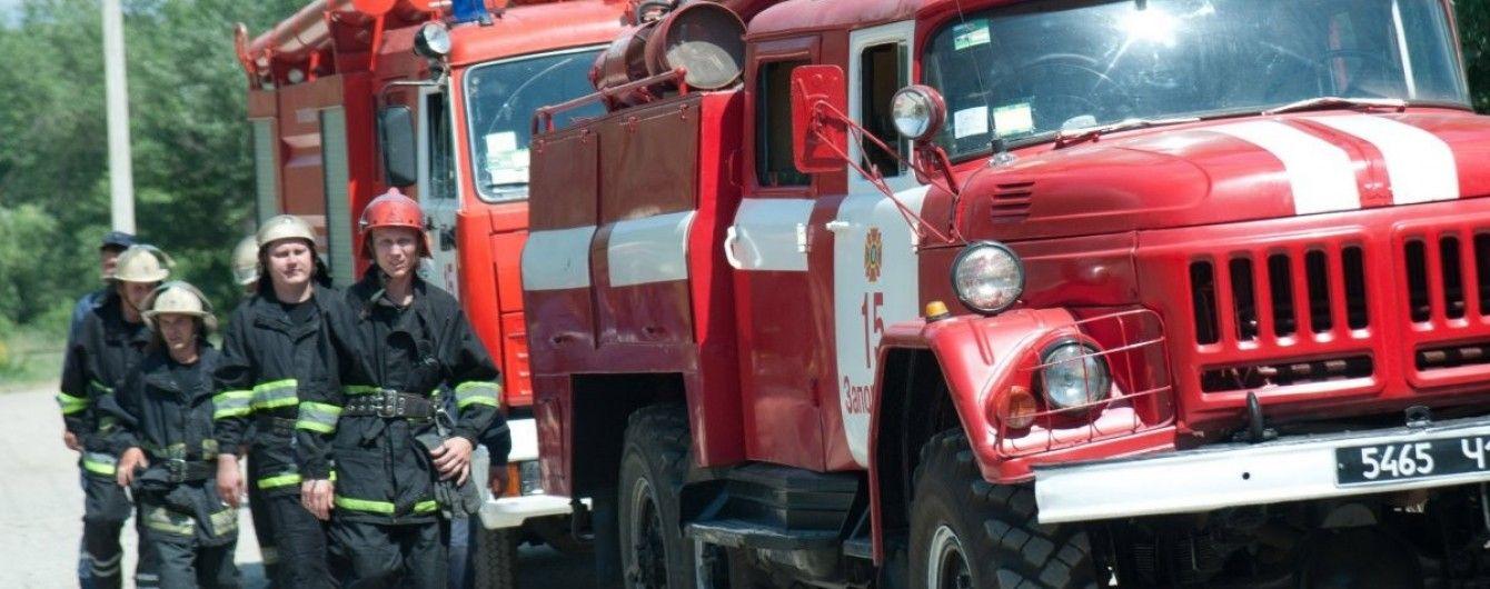 На Днепропетровщине почти 300 человек тушат пожар на военном полигоне
