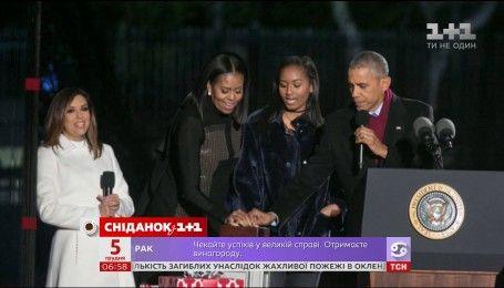 Барак Обама зажег свою последнюю елку и спел рождественскую песню
