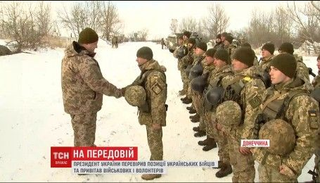Порошенко поздравил украинских воинов на передовой с юбилеем ВСУ